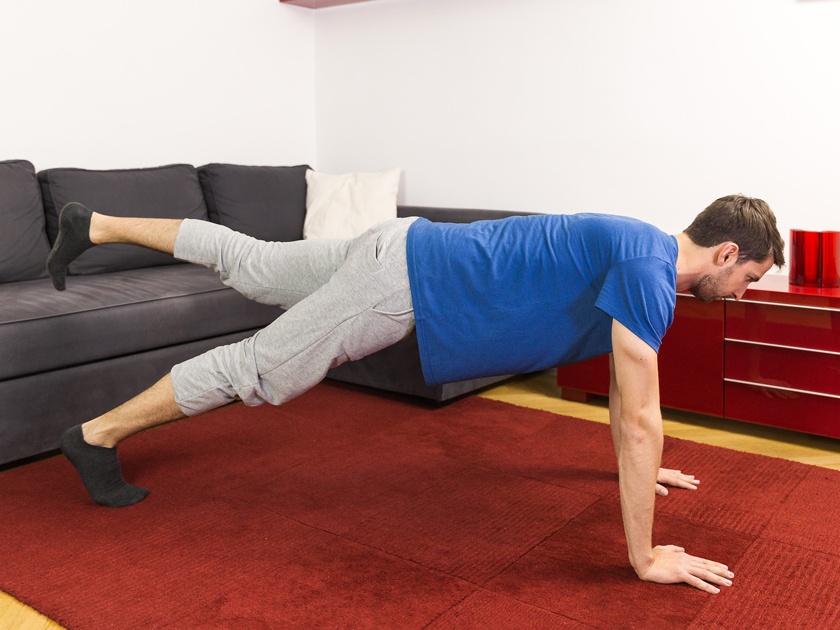 Rückenverspannungen in der Lendenwirbelsäule wirkst du am besten mit der Unterarmstützvariation entgegen.