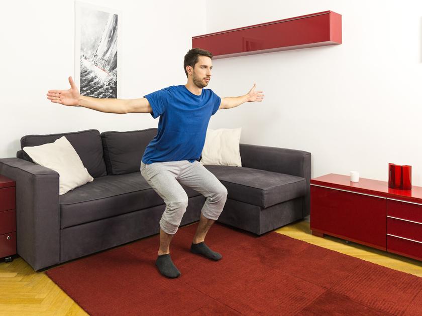 Kniebeuge mit Armkreisen als Hilfe gegen deine Rückenbeschwerden.