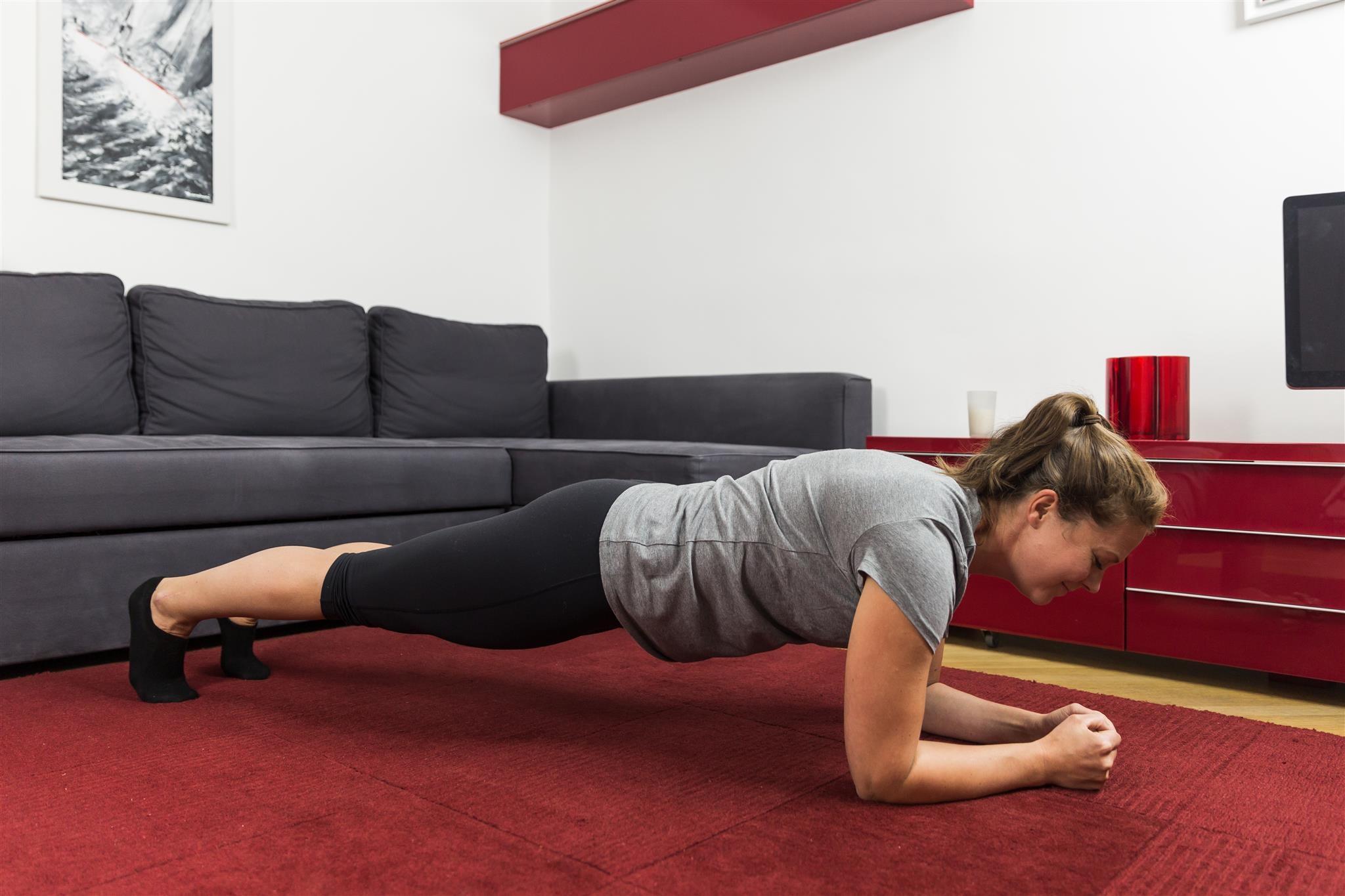 Abnehmen am Bauch durch Plank-Übungen.