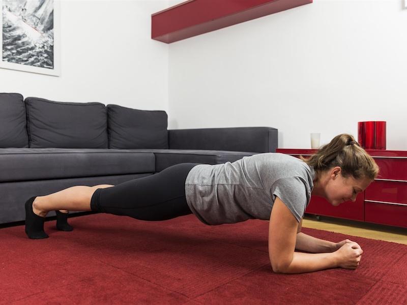 Die Übung Plank lässt dein Fett am Bauch schmelzen.