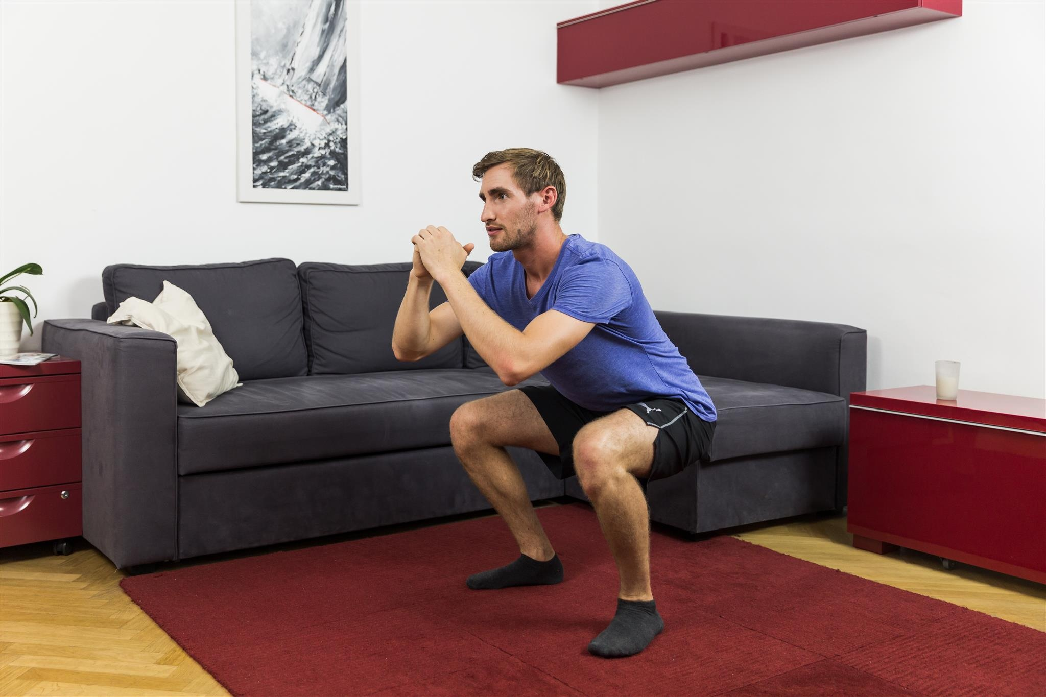 Abnehmen am Bauch mit Kniebeugen.