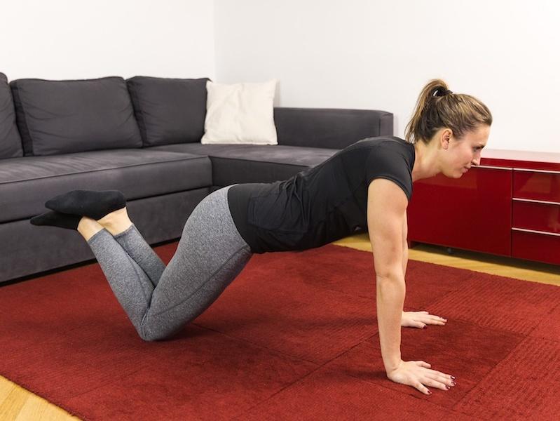 Funktionelles Training: Mit dem kleinen Liegestütz kräftigst du deine Arm-, Brust- und Rückenmuskulatur.