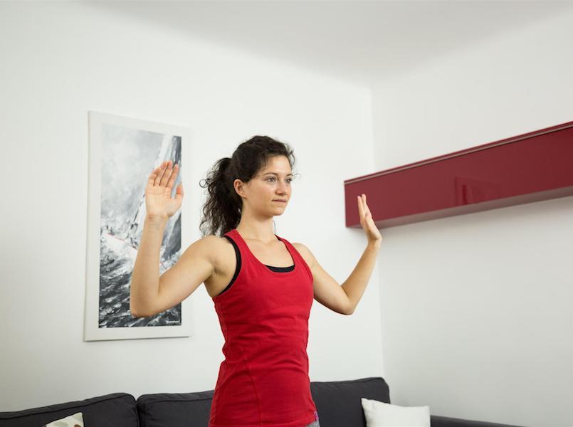"""Mit der Übung """"Schultern drücken"""" kannst du Nackenverspannungen reduzieren."""