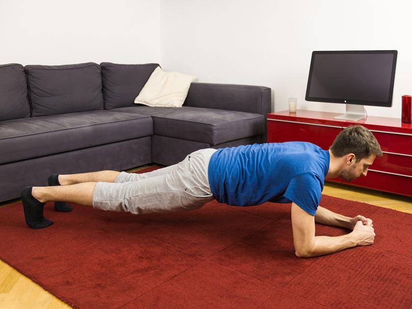 Plank hilft bei Rückenbeschwerden.