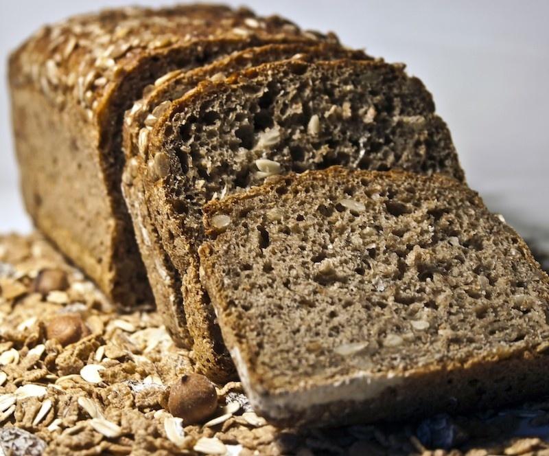 Isst du abens selbstgemachtes Low Carb Brot, kann das helfen besser zu schlafen.