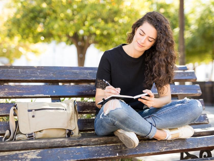 Mache dir im Zuge der Selbstreflexion Notizen und schaffe damit Platz für Neues in deinem Kopf.