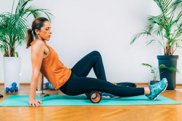 Benutze für eine effektive Faszienmassage eine Faszienrolle oder einen Faszienball.