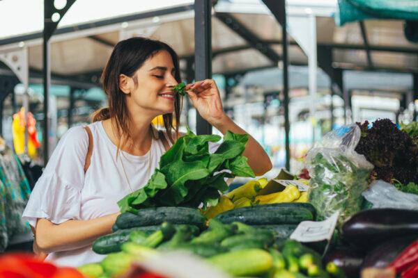 In der TCM-Ernährung spielen Kräuter und saisonale, regionale Lebensmittel eine zentrale Rolle.