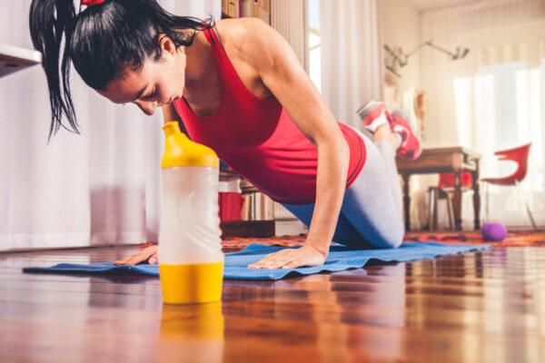 Workout zuhause: Mit der richtigen Motivation fürs Home-Workout wirst du von zuhause aus fit.