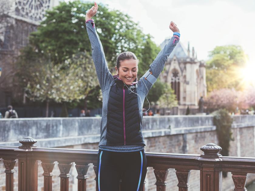 """Mit der Übung """"Rückenstrecker"""" kannst du durch gezielte Bewegung Stress abbauen."""