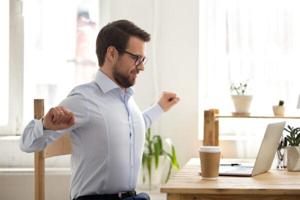 Bewegung am Arbeitsplatz: 4 Bewegungsübungen für deine bewegte Pause.