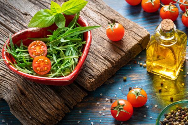 Bunte und frische Lebensmittel sind gut für deine Herzgesundheit.
