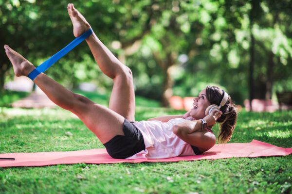 Mit einem Widerstandsband zu trainieren stärkt viele Muskelgruppen.