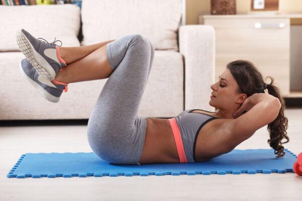 Mit diesem Workout kannst du deinen Bauch straffen! Wir zeigen dir 3 effektive Übungen.