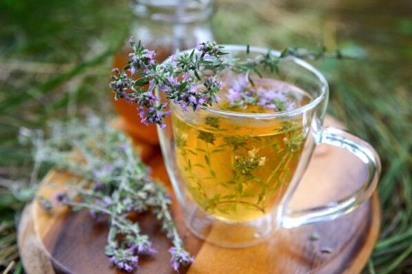 Natürliche Hausmittel gegen Halsschmerzen wie Thymian schmecken und wirken entzündungshemmend.
