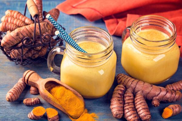 Natürliche Hausmittel gegen Halsschmerzen und Husten schmecken und wirken entzündungshemmend.