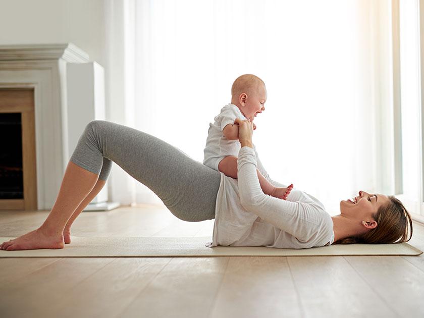 """Bei der Übung """"Hips Up"""" kannst du Sport mit Baby oder Kleinkind in deinen Alltag integrieren."""