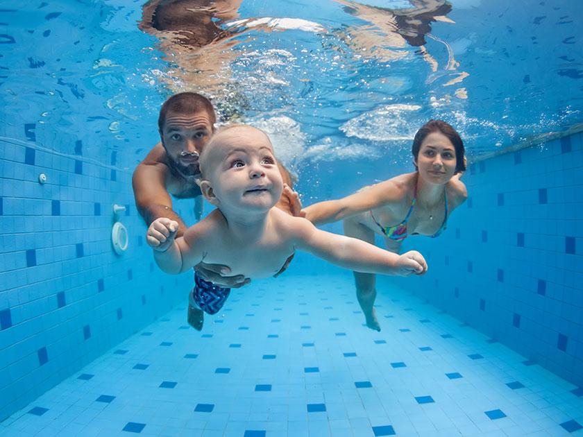Schwimmen ist der perfekte Sport mit Baby oder Kleinkind.