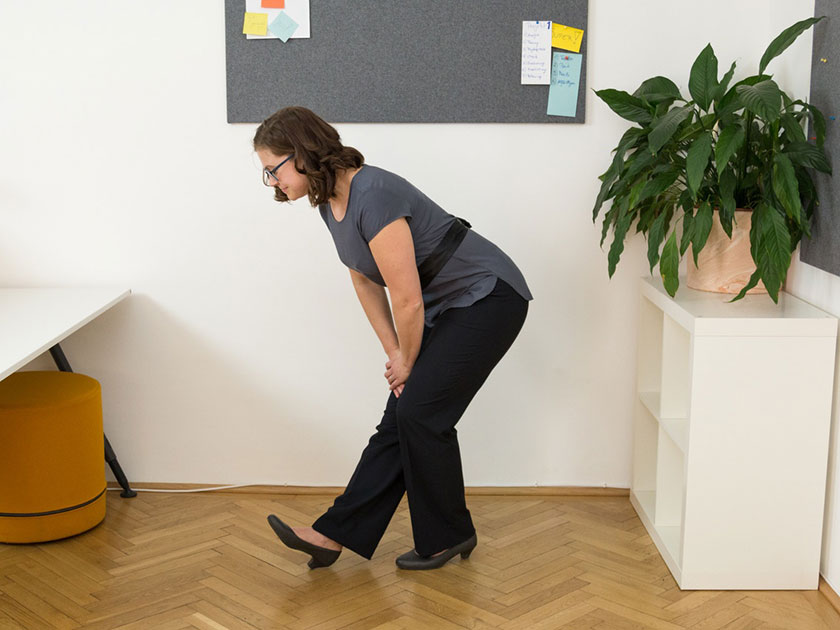 Achte bei deiner bewegten Pause am Arbeitsplatz auch auf die Dehnung deiner Oberschenkelrückseite.