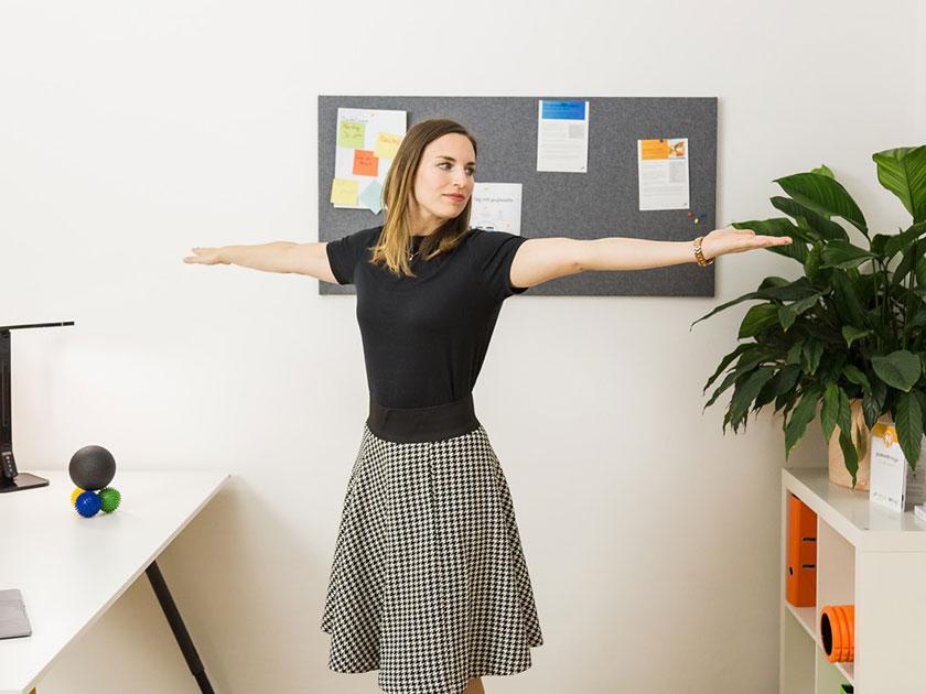 Baue die Schulterrotation in deinen Alltag ein – für mehr Bewegung am Arbeitsplatz.