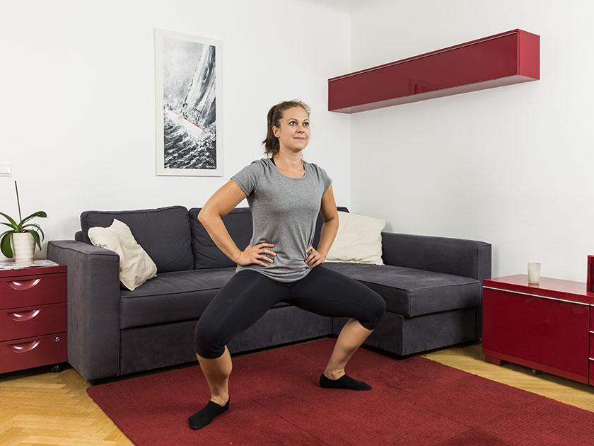 Skigymnastik: Sumo-Kniebeugen bereiten deine Beine ideal auf einen langen Tag auf der Piste vor.