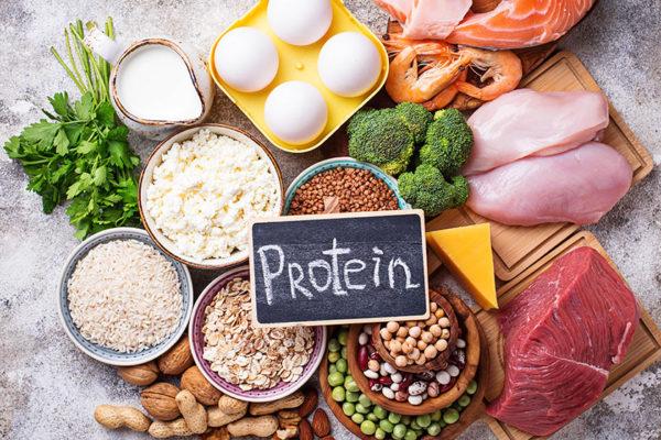 Lebensmittel wie Fleisch, Eier und Joghurt eignen sich besonders für ein proteinreiches Abendessen.