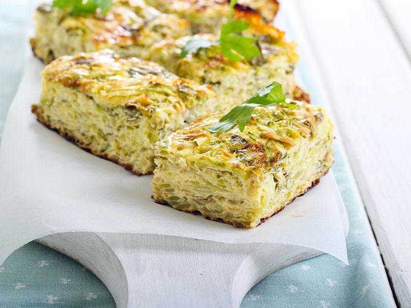 Zucchini-Frittata mit Mozzarella und Vollkornbrot ist ein ausgewogenes Essen für die Arbeit.