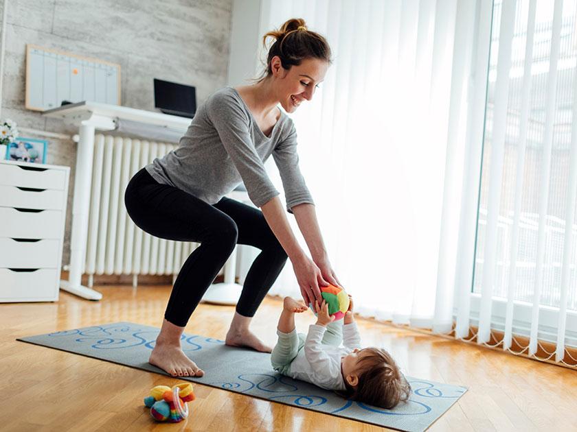 Bei den Kniebeugen kann dein Nachwuchs lernen und du wirst fit dank Baby.