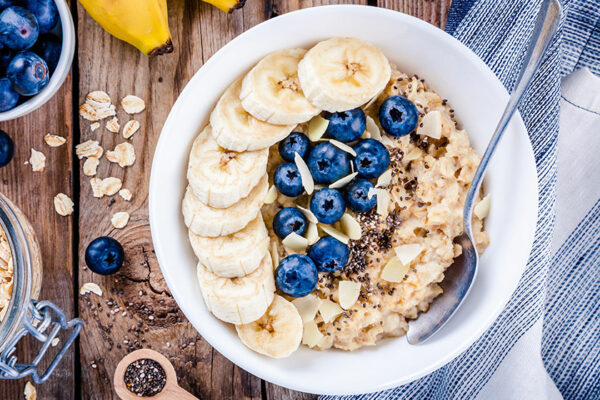 Leckeres Haferflocken-Frühstück mit vielen Vitaminen und der Extraportion Protein.