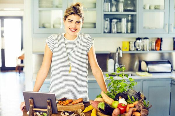 Eine ausgewogene Faszienernährung versorgt dein Bindegewebe mit Vitaminen, Mineralstoffen und Proteinen.