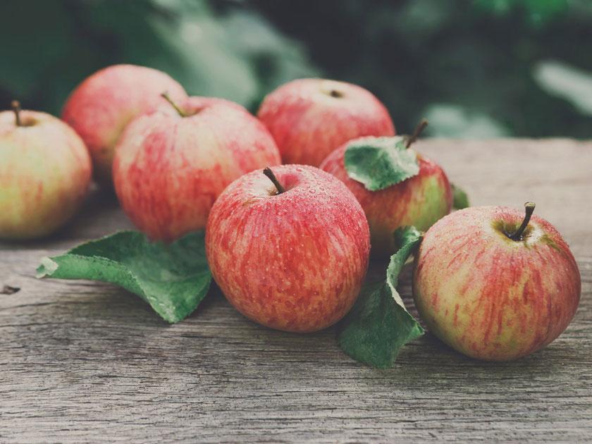 Wechseljahre: Kernobst wie Äpfel enthalten natürliches Östrogen und können Beschwerden lindern.