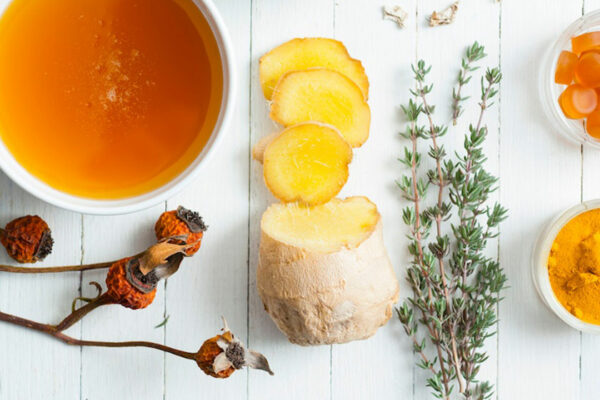 Ingwer mit Zitrone und Honig ist ein beliebtes Hausmittel gegen Halsschmerzen und Erkältungen.