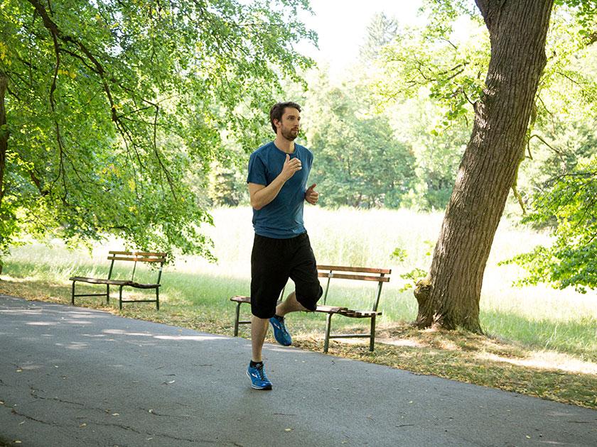 Mineralwasser und kalziumhaltige Lebensmittel versorgen Muskeln und Knochen mit dem wichtigen Mineralstoff.