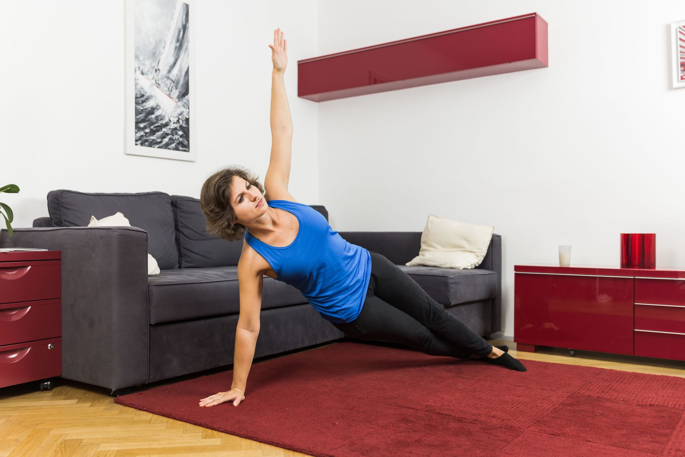 Die seitliche Rumpfrotation als Teil deiner Skigymnastik macht dich fit und stark.