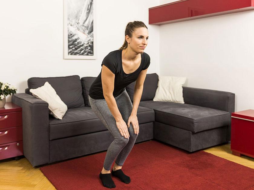 Kniekreisen als Teil der vorbereitenden Skigymnastik aktiviert deine Kniegelenke und schützt vor Verletzungen.