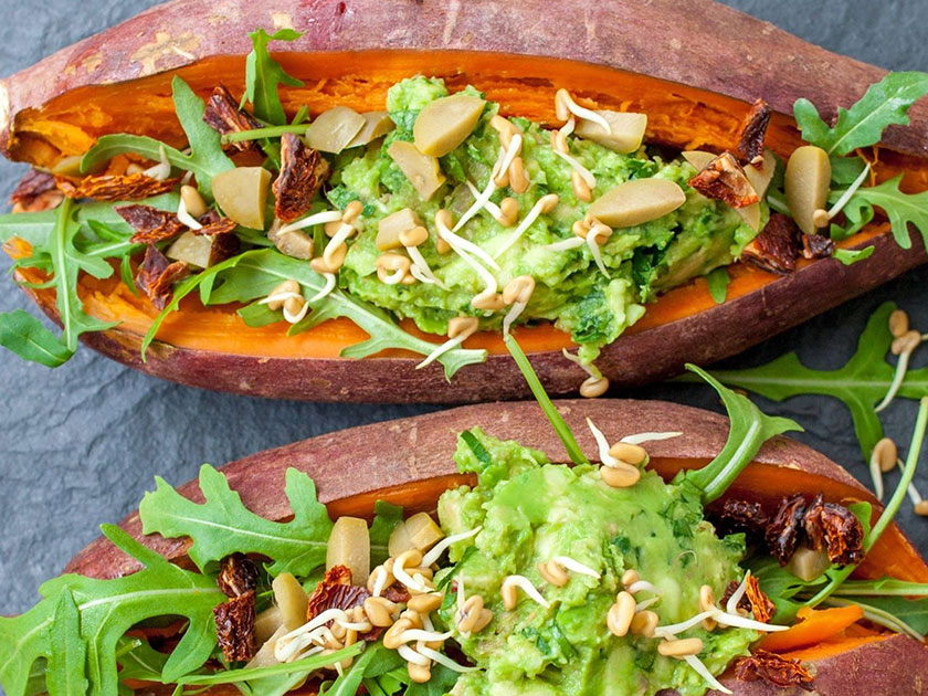 Kalziumhaltige Lebensmittel wie gefüllte Süßkartoffeln wirken sich positiv auf die Muskulatur aus.