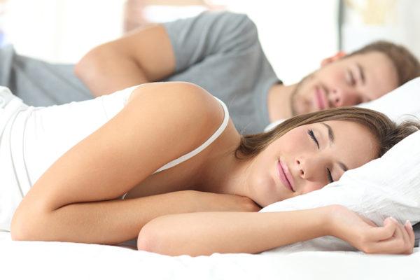 Abnehmen im Schlaf durch eine kohlenhydratarme Ernährung am Abend.