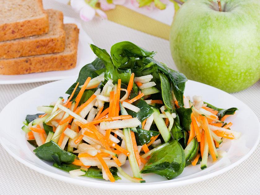 Apfel-Spinat: Dieser Salat schmeckt und belastet nicht - auch bei hohen Temperaturen.