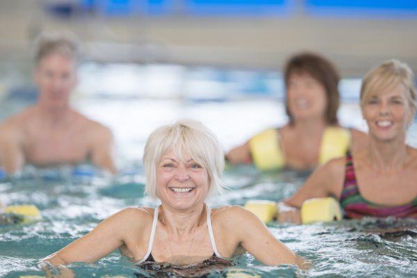 Probier neben Schwimmen auch mal Aquafitness und Wellness!
