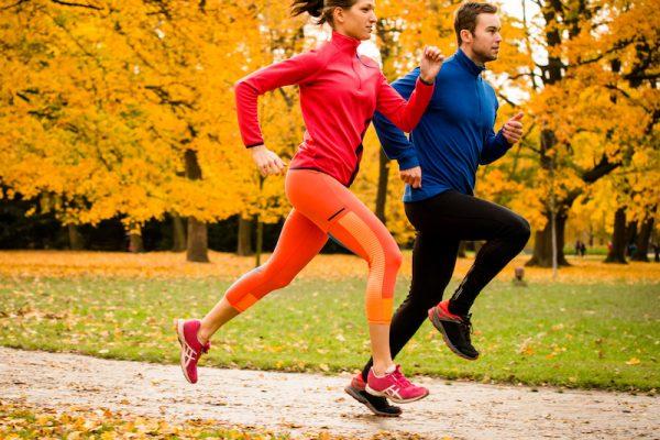Im Herbst kann man wunderbar draußen Sport treiben.