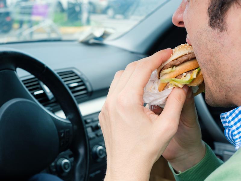 Fast Food ist stark verarbeitet und beeinträchtigt deine Gesundheit.
