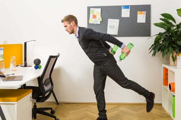 Eine bewegte Pause am Arbeitsplatz macht Spaß und ist wichtig für deine Gesundheit.