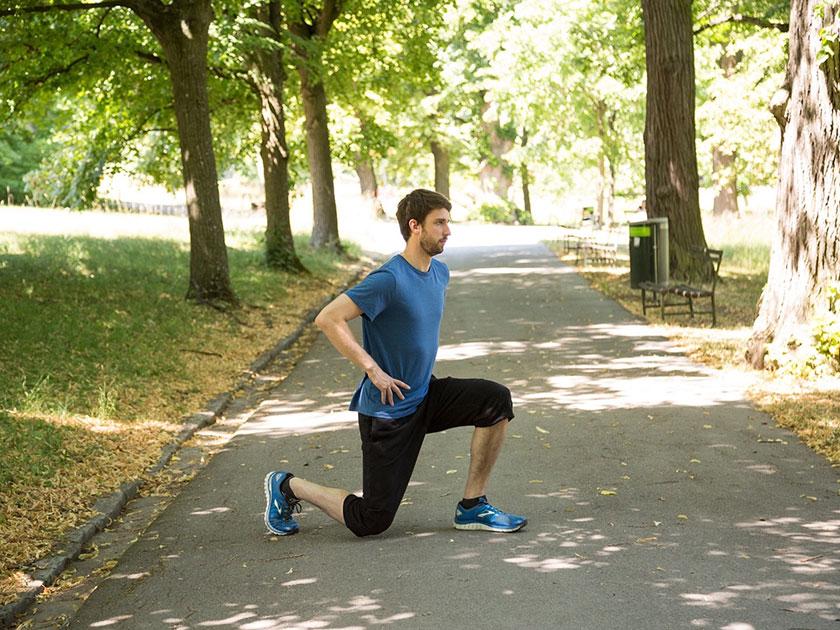 Die Ausfallschritt-Kniebeuge im Ganzkörpertraining - oft eine Herausforderung.