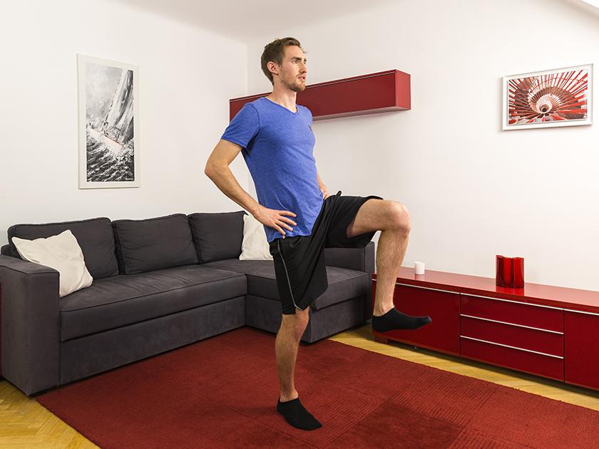 Gleichgewichtstraining mit der Übung Einbeinstand.