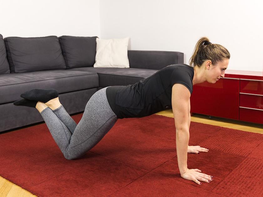 Mit dem kleinen Liegestütz kräftigst du deine Arm-, Brust- und Rückenmuskulatur.