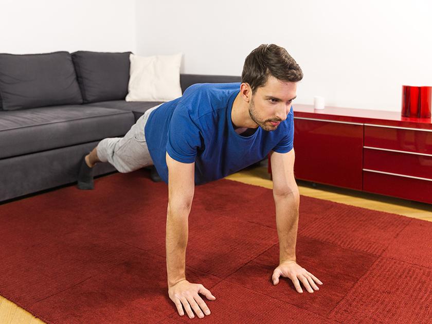 Diese Übung kräftigt deine Gesäß-, Bauch- und Beinmuskeln.