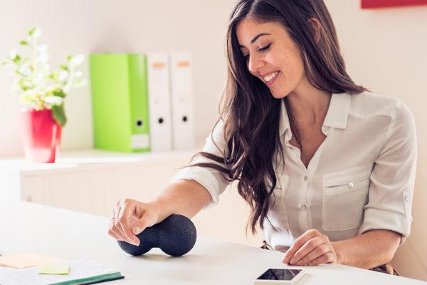 Bei Stress und Verspannungen hilft Faszientraining dabei, die Faszien zu lösen. Eine Faszienrolle und ein Faszienball sorgen für Entspannung.