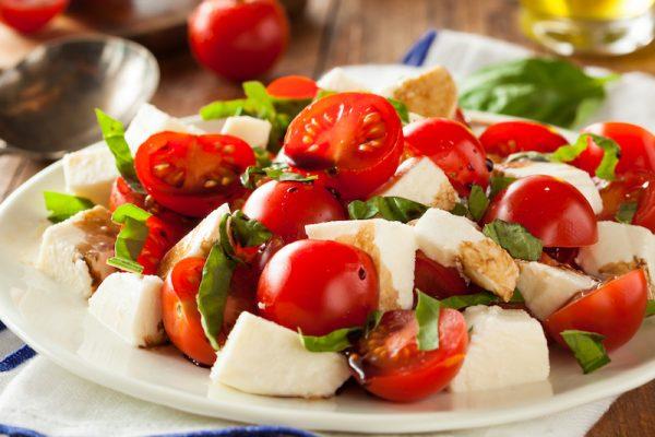 Tomaten, Mozzarella, Basilikum: Caprese schmeckt und belastet nicht bei heißen Temperaturen.