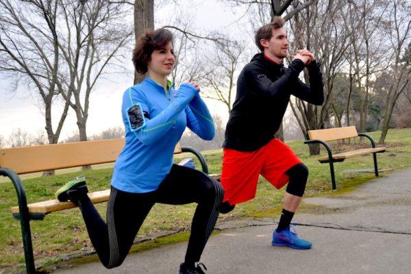 Mit einem Partner-Workout haltet ihr euch fit!