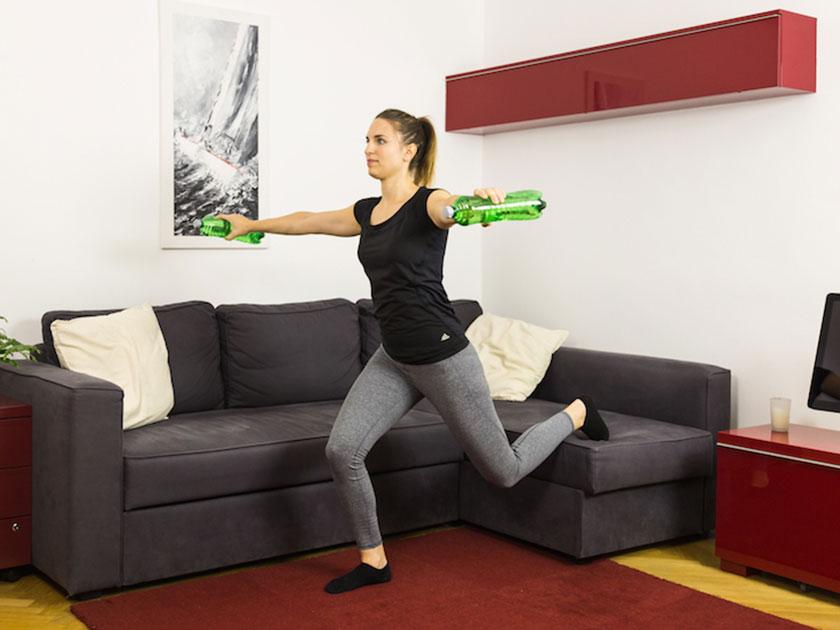 Das Schultergelenk durch Armkreisen mobilisieren.
